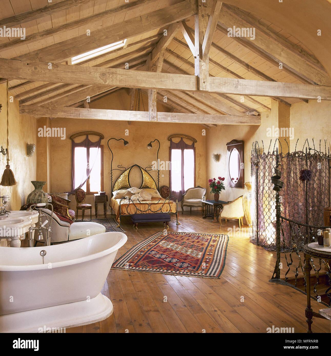 Paese in stile piano aperto in camera da letto con tetto a capriate e pavimento in legno con - Vasca da bagno in camera da letto ...