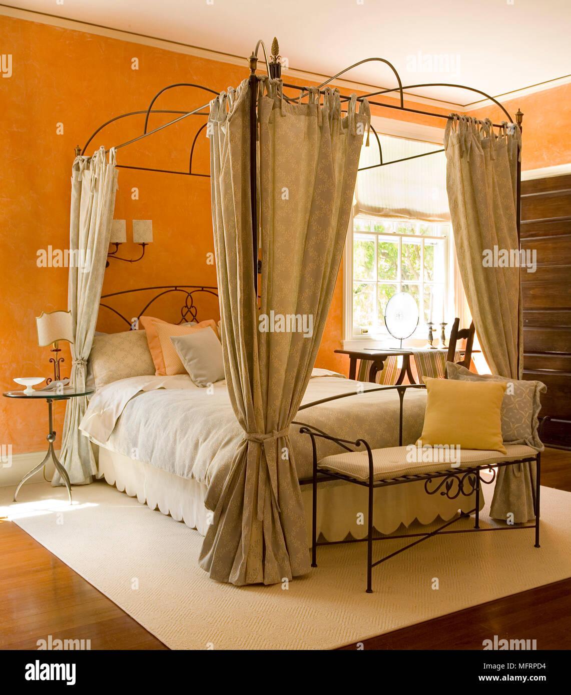 https://c8.alamy.com/compit/mfrpd4/metallo-letto-a-baldacchino-con-tende-in-stile-tradizionale-camera-da-letto-mfrpd4.jpg