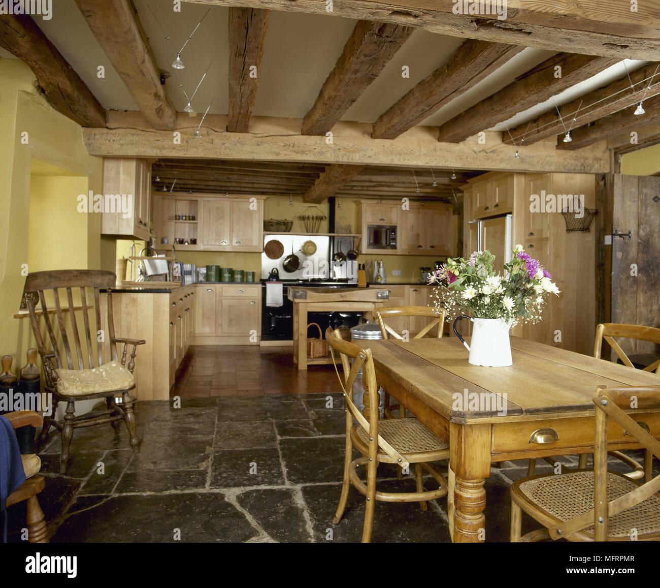 Paese, giallo la cucina e sala da pranzo con soffitto con travi a ...