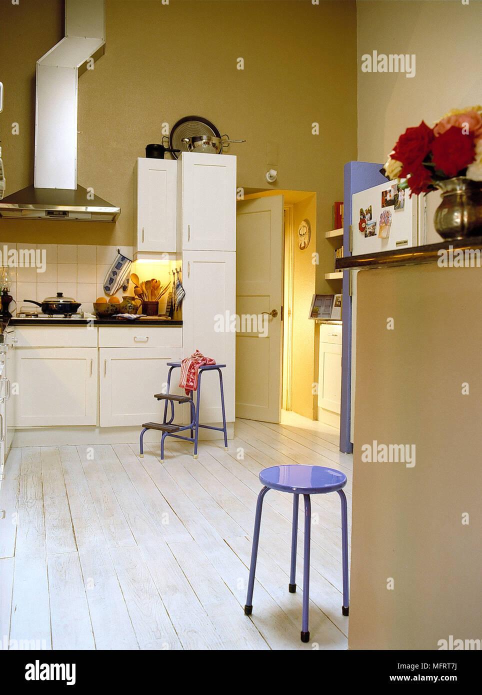 Cucina con pareti gialle e le unità bianche Foto & Immagine Stock ...