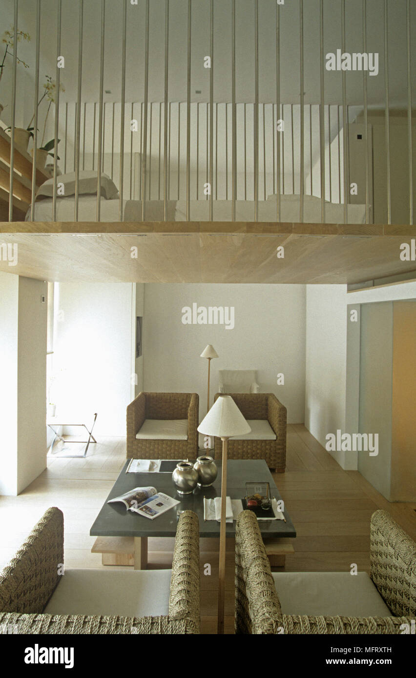 Split-livello camera con poltrone e tavolino da caffè nella zona ...