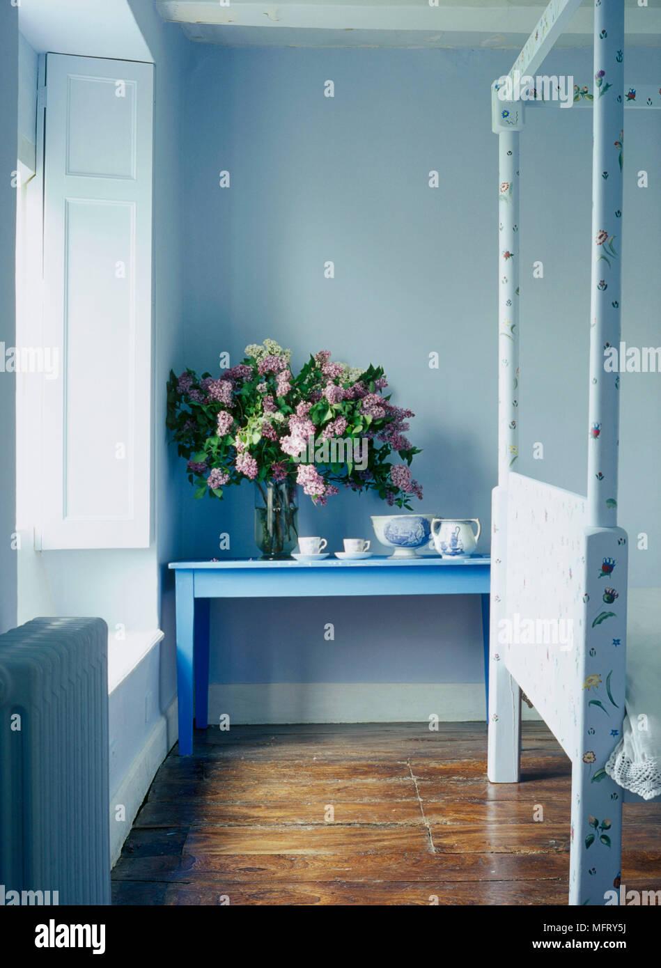 Un dettaglio di un paese moderno camera da letto blu con vetrate ...