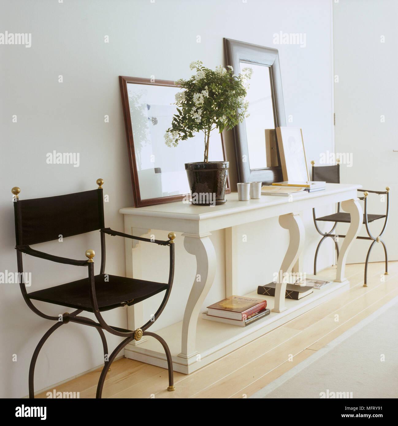 Sedie In Ferro Battuto Bianche.Un Dettaglio Di Un Tradizionale Salotto In Legno Bianco Tavolino