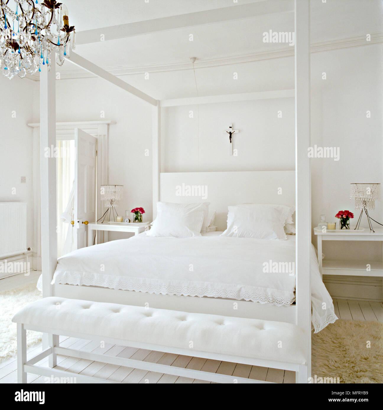 Un moderno bianco minimalista camera da letto con letto a ...