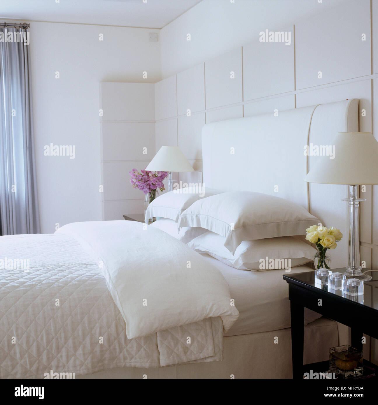 Parete Testata Letto Matrimoniale una moderna camera da letto neutro con pareti pannellate di