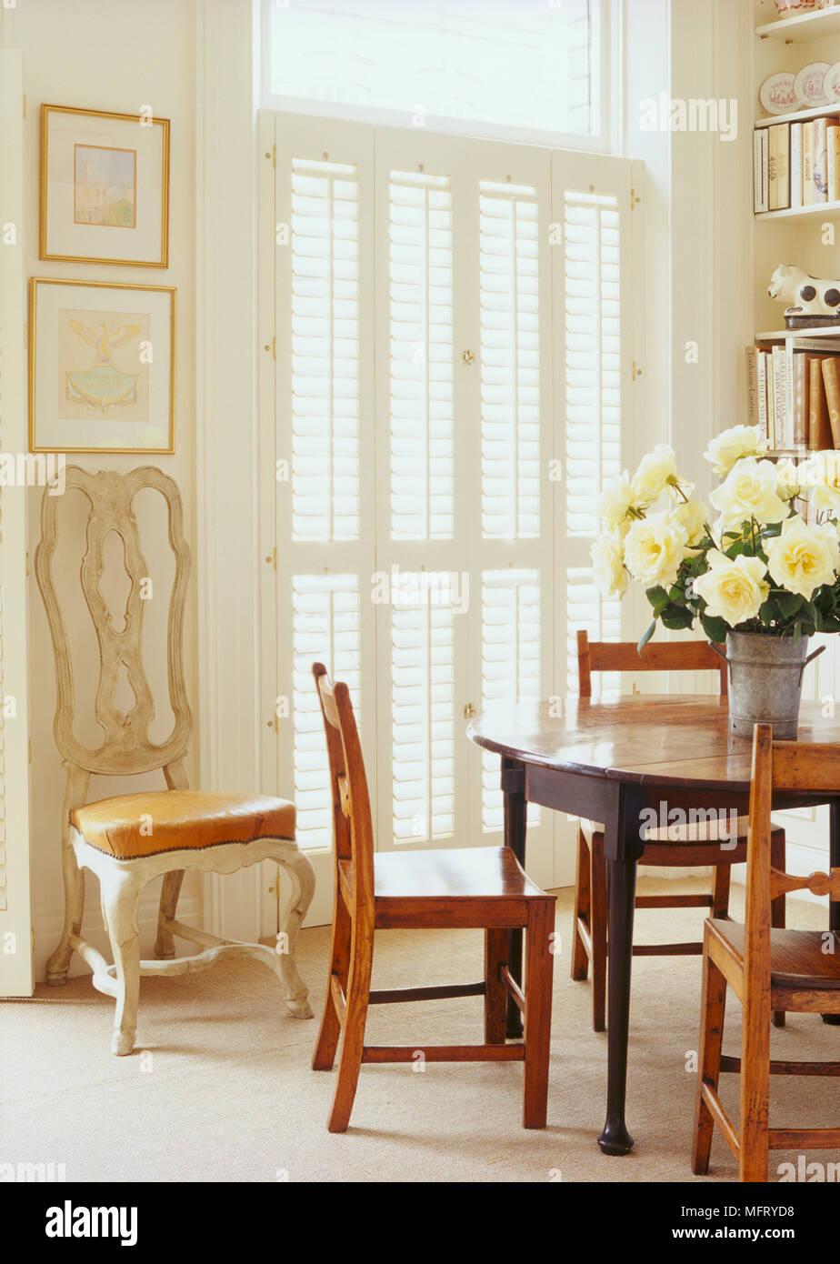 Un Folle Tradizionale Sala Da Pranzo Con Tavolo Tondo In Legno Sedie Pieghevoli Porte Del Louvre Craft Sedia Foto Stock Alamy