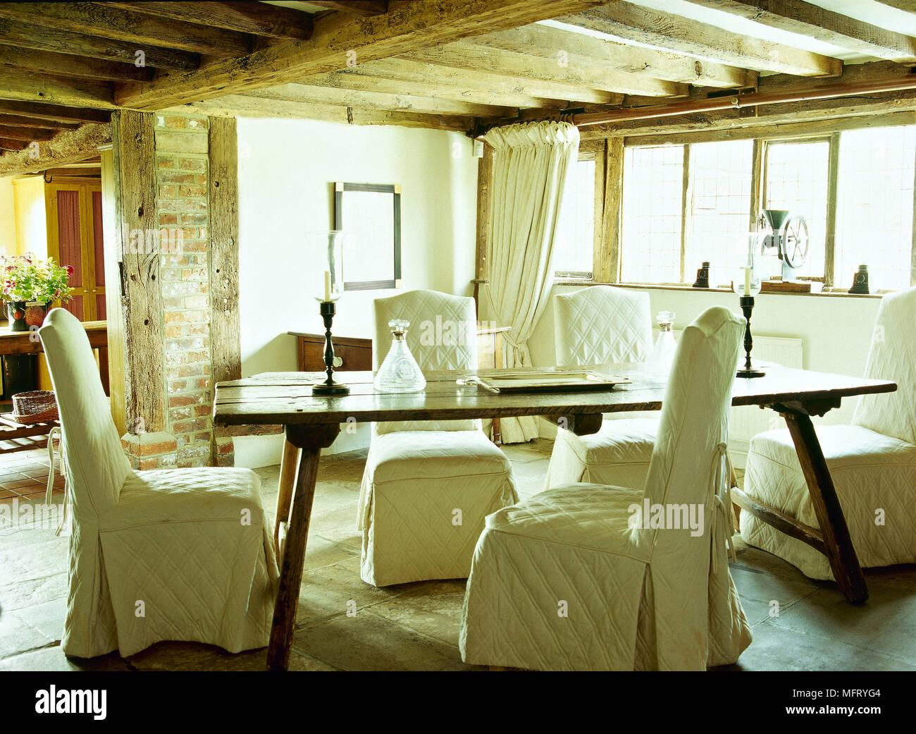Cottage di campagna sala da pranzo soffitto di travi di legno tavolo fratino sedie imbottite - Mobili di campagna ...