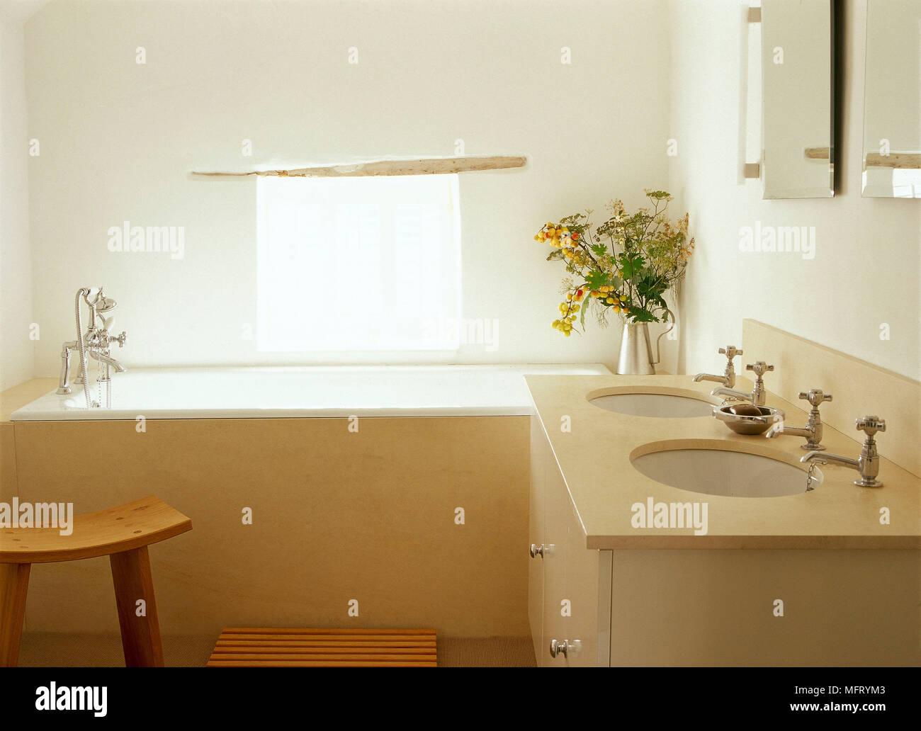 Bagno Colori Neutri : Moderno bagno neutro doppi lavabi impostato in unità di credenza