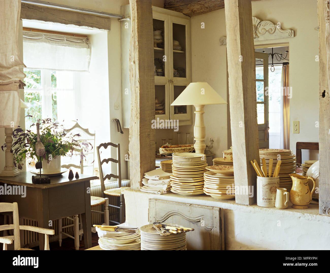 Paese rustica cucina neutro di pile di piastre interni ...