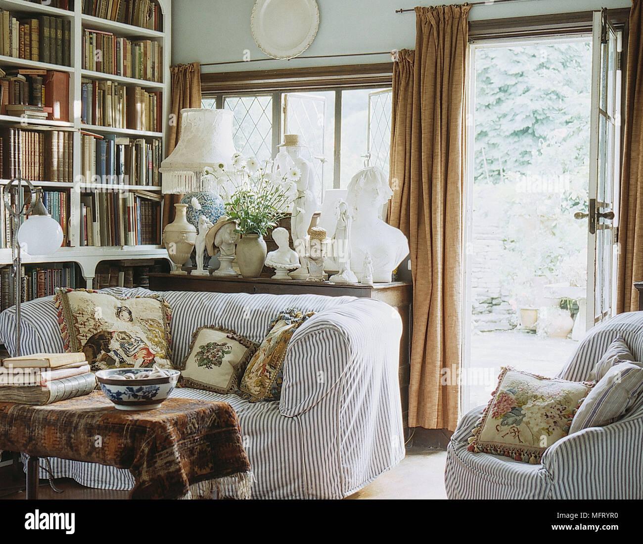 La stanza di seduta scaffale libri divano con tessuto a - Finestra con seduta ...