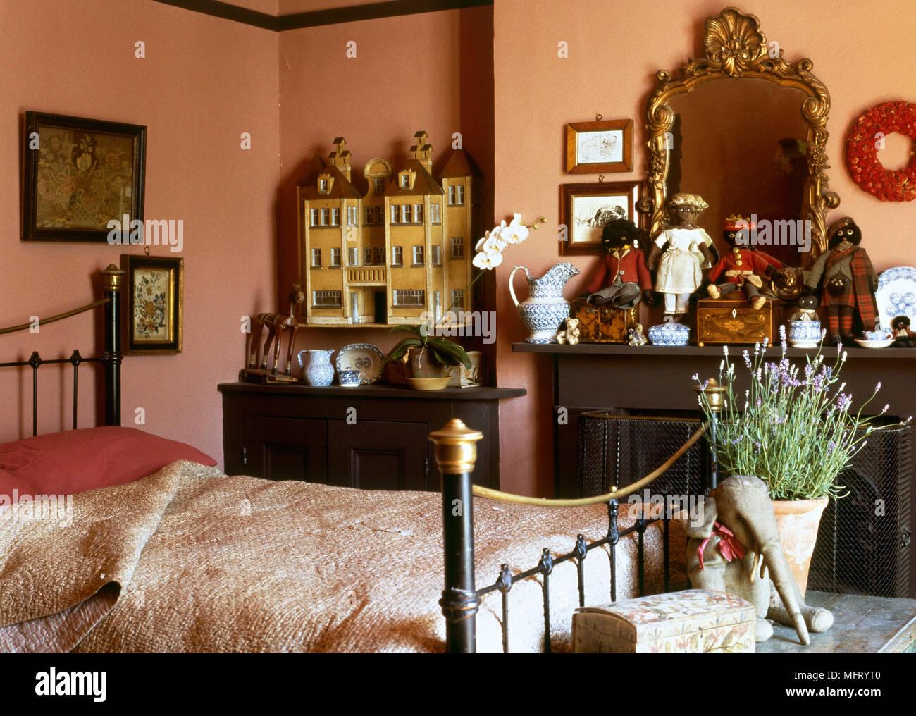 Paese tradizionale cotto camera da letto letto di ferro battuto ...
