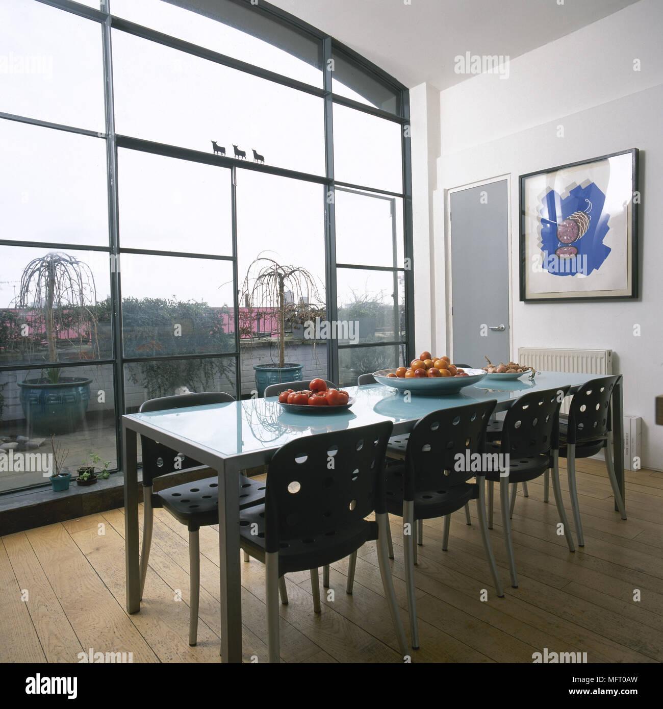 Sala da pranzo moderna con pavimento in legno, metallo tavolo da ...