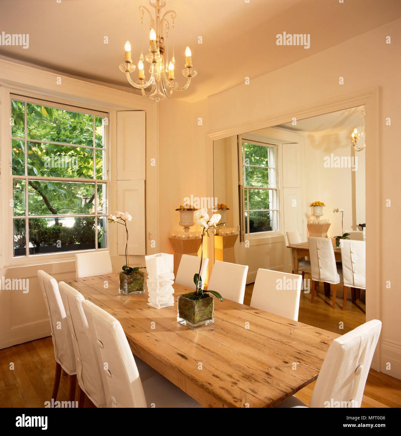 Semplice ed elegante sala da pranzo, pareti bianche, pino lunghi ...