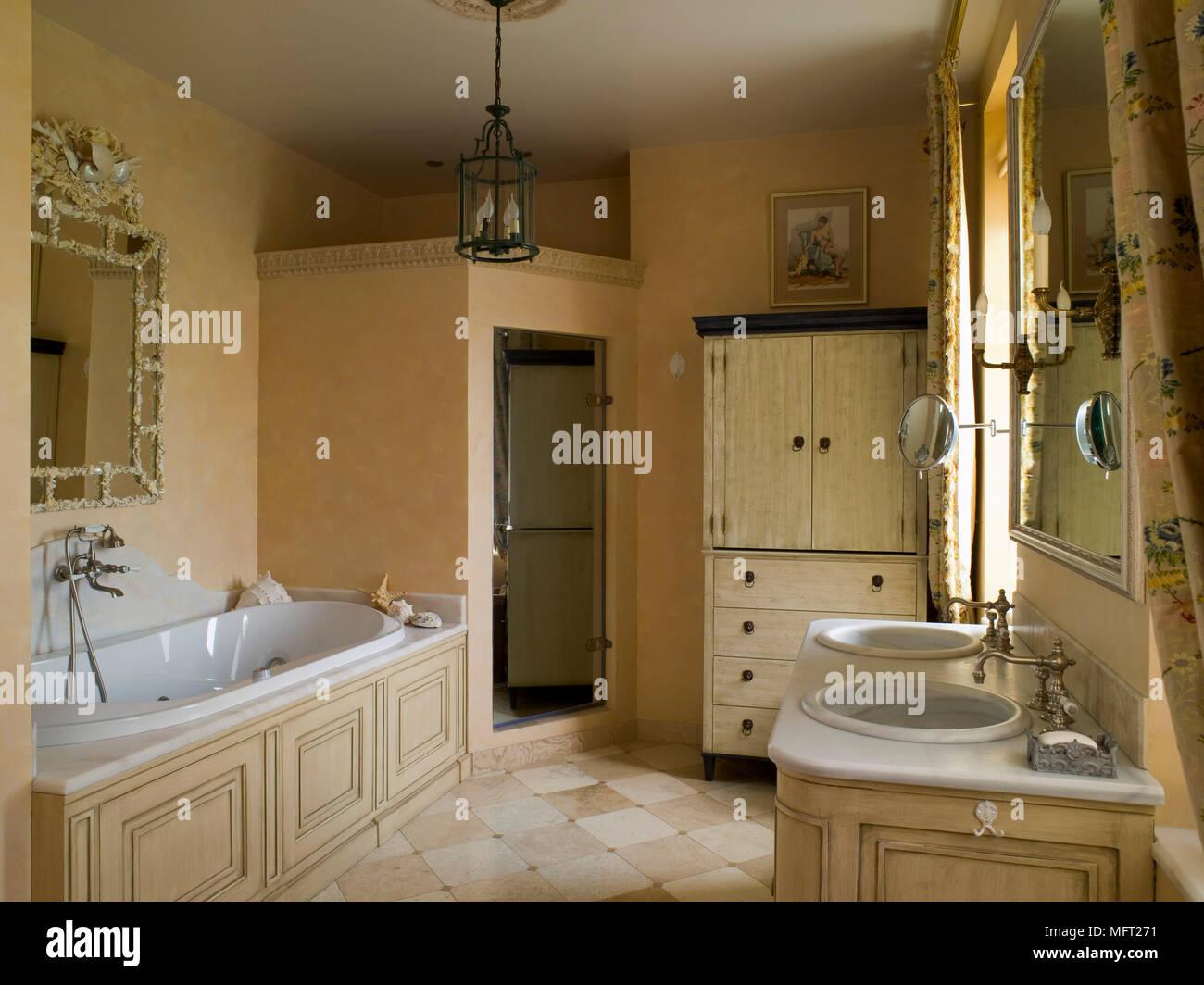 Bagno con pavimento in piastrelle e bagno con rivestimenti