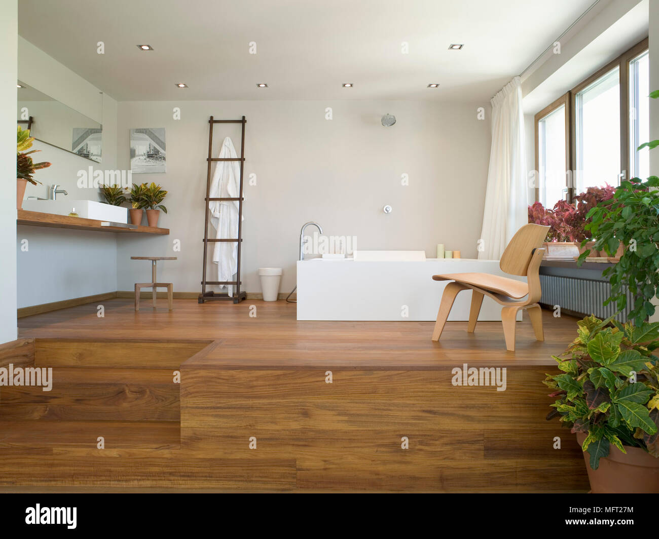 Vasca Da Bagno Rialzata : Aprire il bagno piano rialzato su piattaforma di legno con vasca