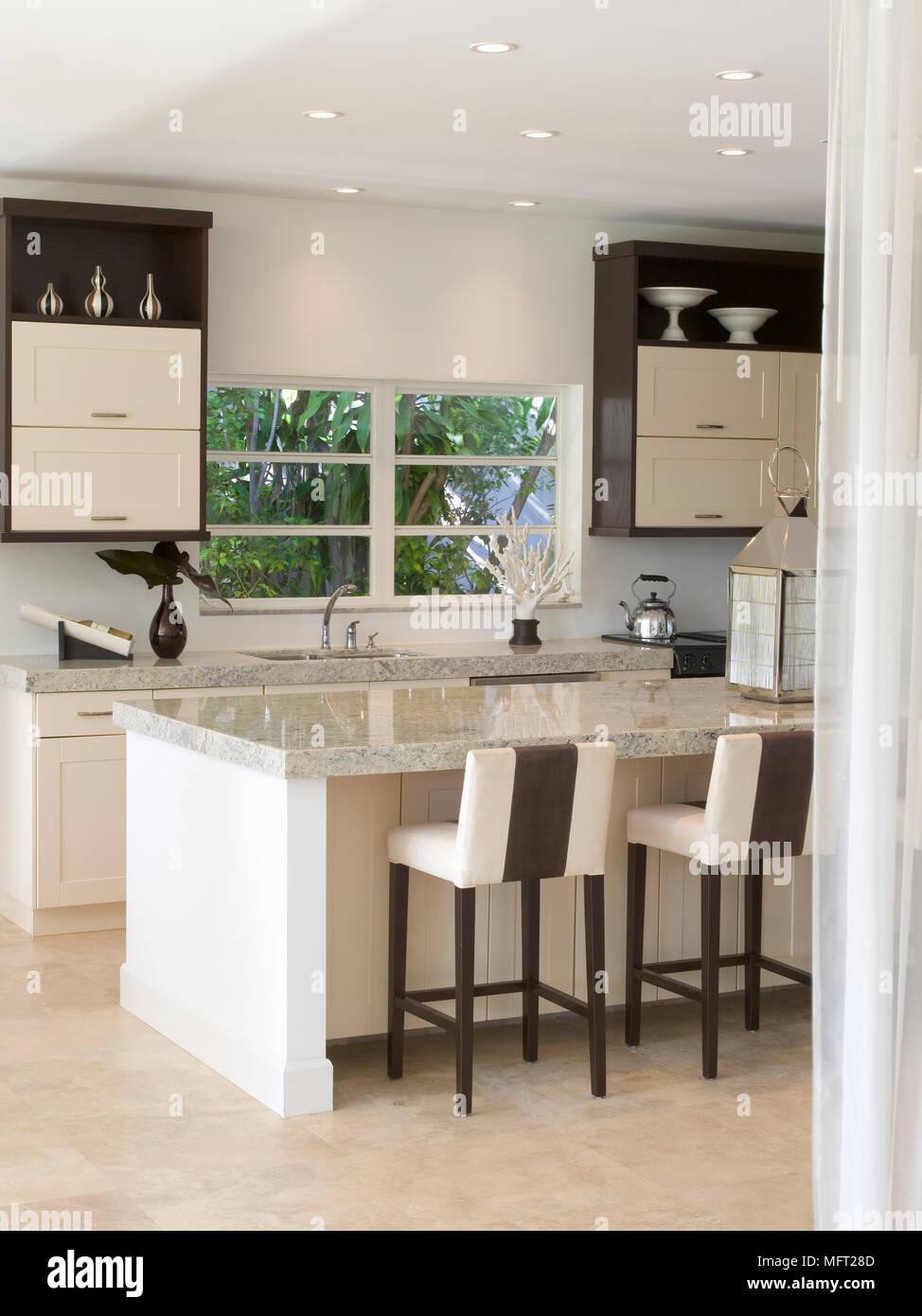 Cucina Con Sgabelli.Cucina Moderna Con Sgabelli A Colazione Bar Con Granito