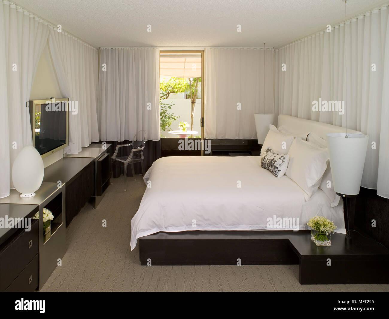 Camera da letto con letto matrimoniale di grandi dimensioni rivolta ...