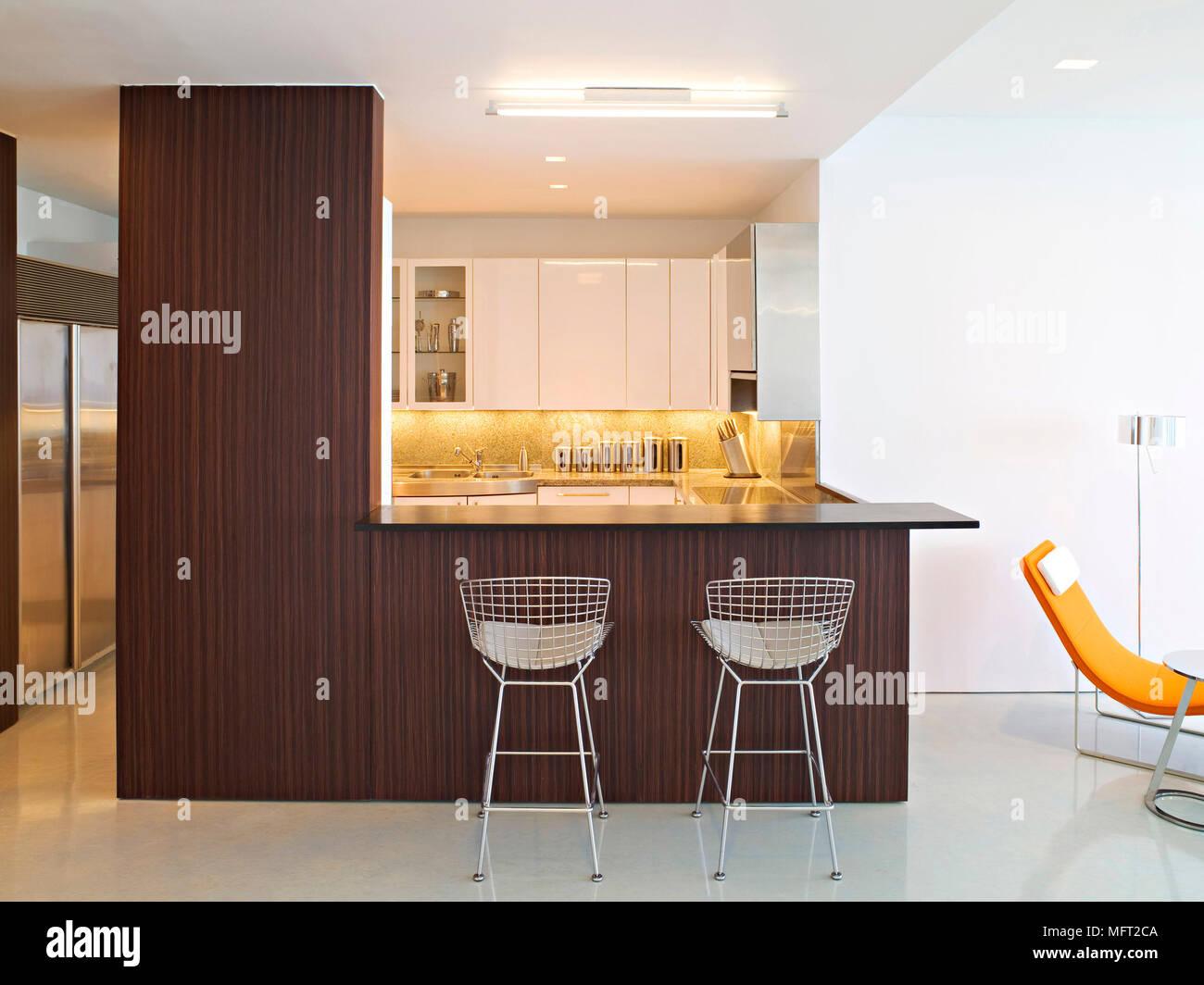 Una moderna cucina bianca legno bar per la prima colazione unità