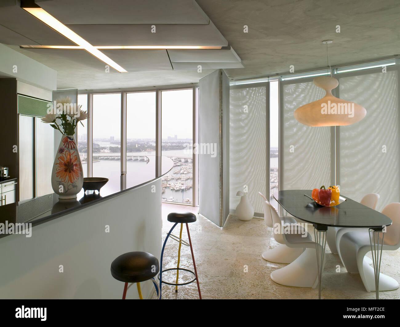 Un edificio moderno bianco cucina con zona pranzo il pannello di