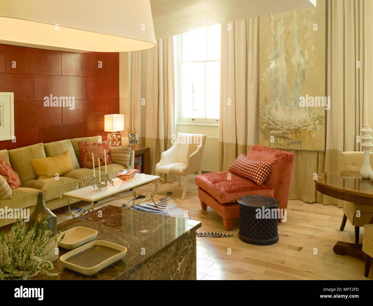 Moderno salotto dettaglio con pavimento di legno rosso parete