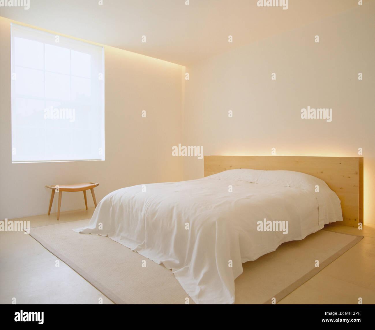 Un moderno minimalista di folle camera da letto con letto doppio ...