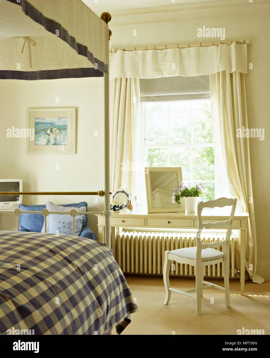 https://c8.alamy.com/compit/mft30n/camera-da-letto-tradizionale-ottone-dettaglio-letto-a-baldacchino-baldacchino-in-legno-bianco-toeletta-sedia-tende-interni-camere-da-letto-letti-paese-scandinavo-nordic-mft30n.jpg