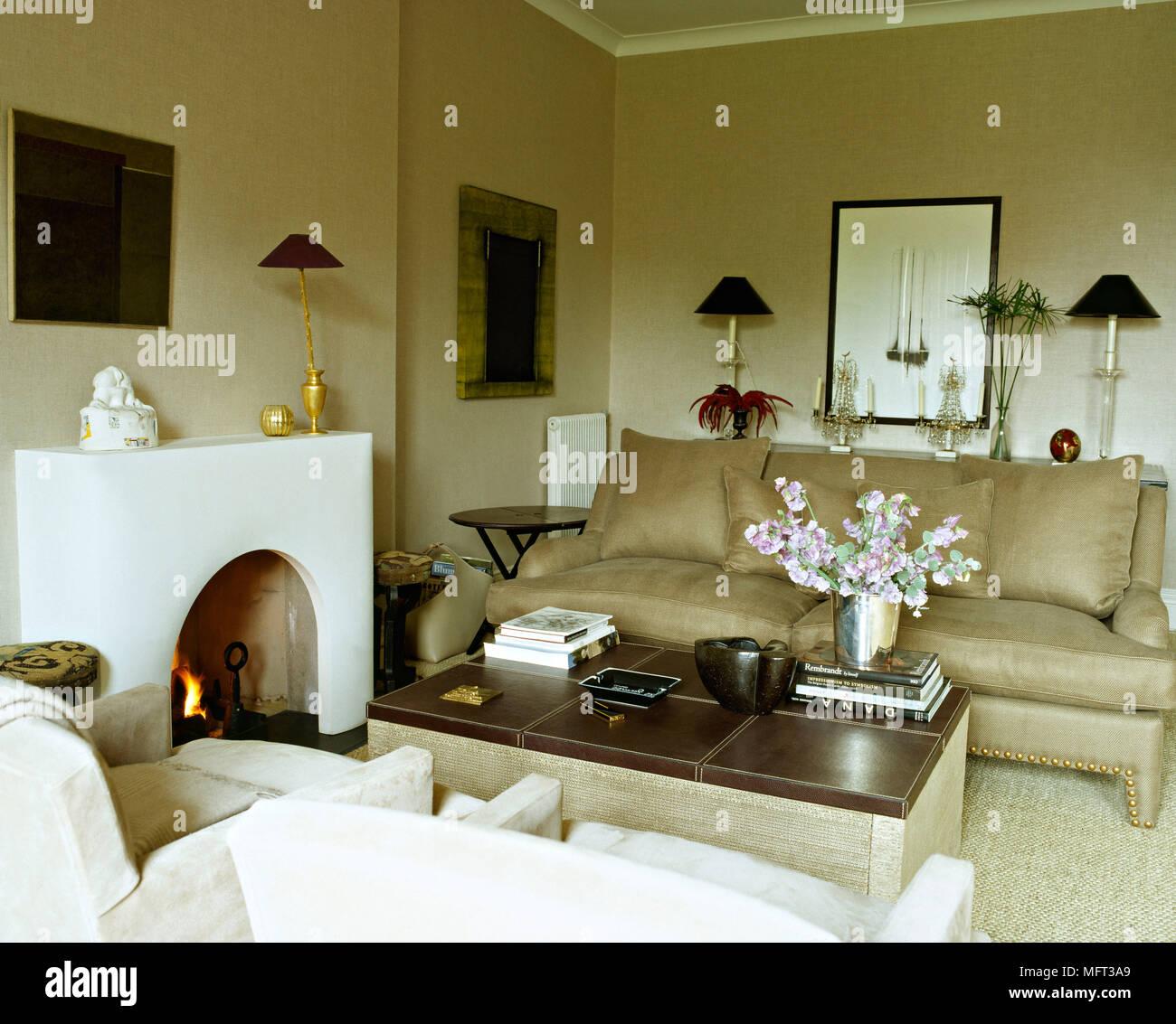 Neutro moderno salotto camino fuoco aperto divano poltrone imbottite tavolino interni camere - Tavolino divano moderno ...