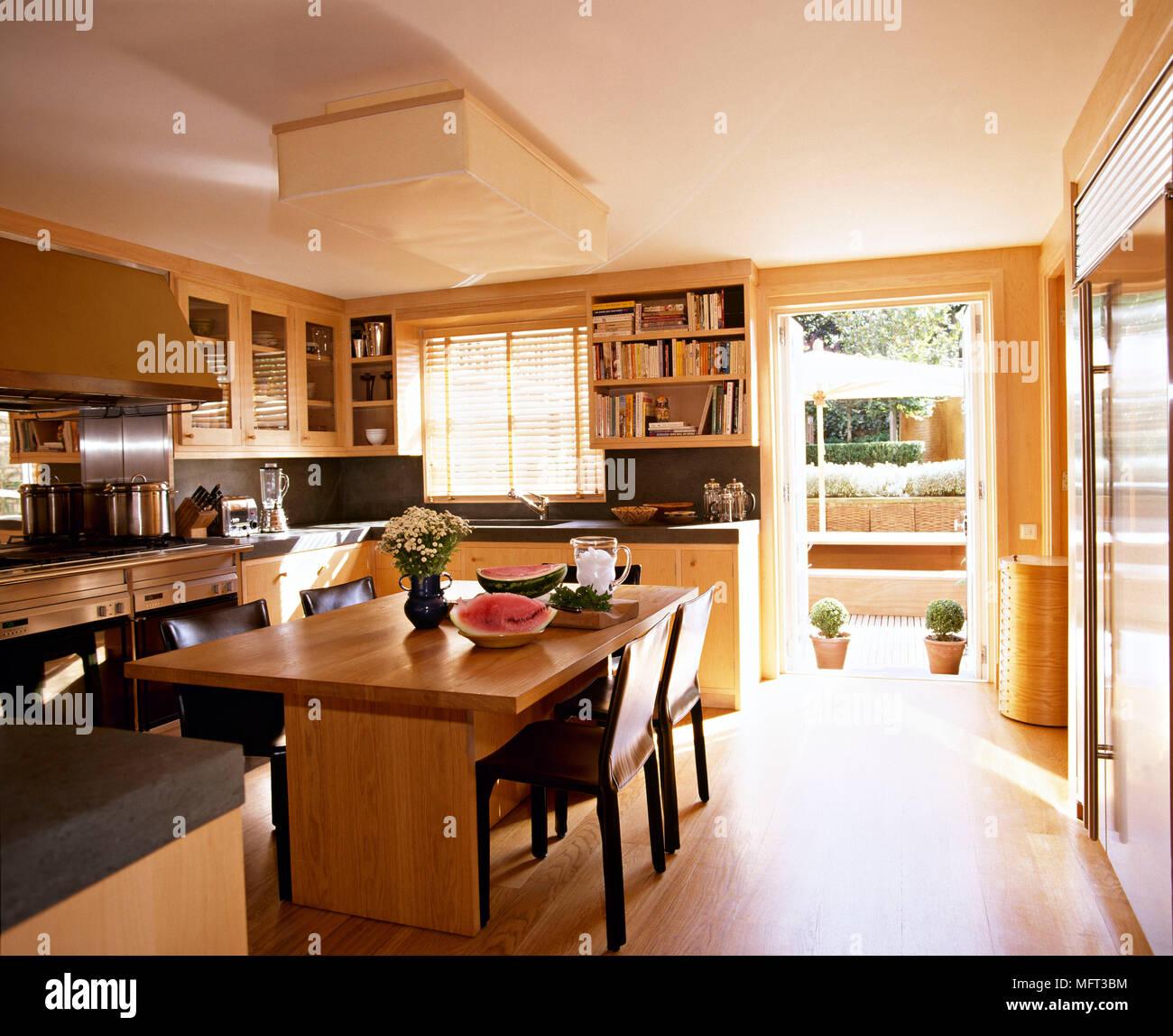 Cucina moderna con area da pranzo unità legno tavolo sedie interni ...