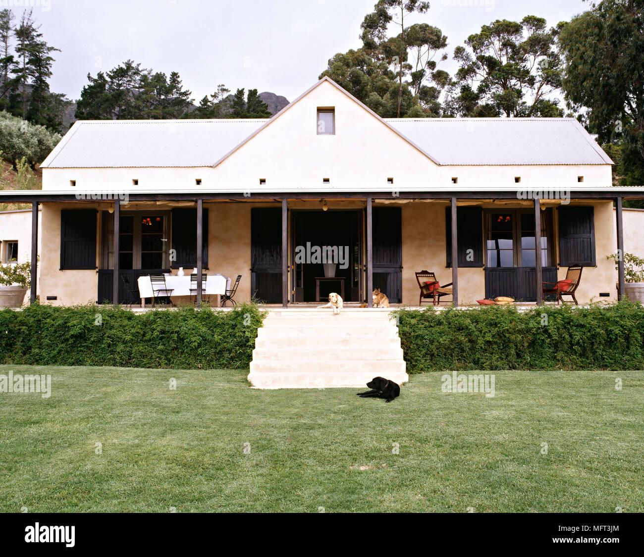 Esterno moderno bungalow gradini che portano a casa veranda esterni case verande terrazze portico veranda Foto Stock