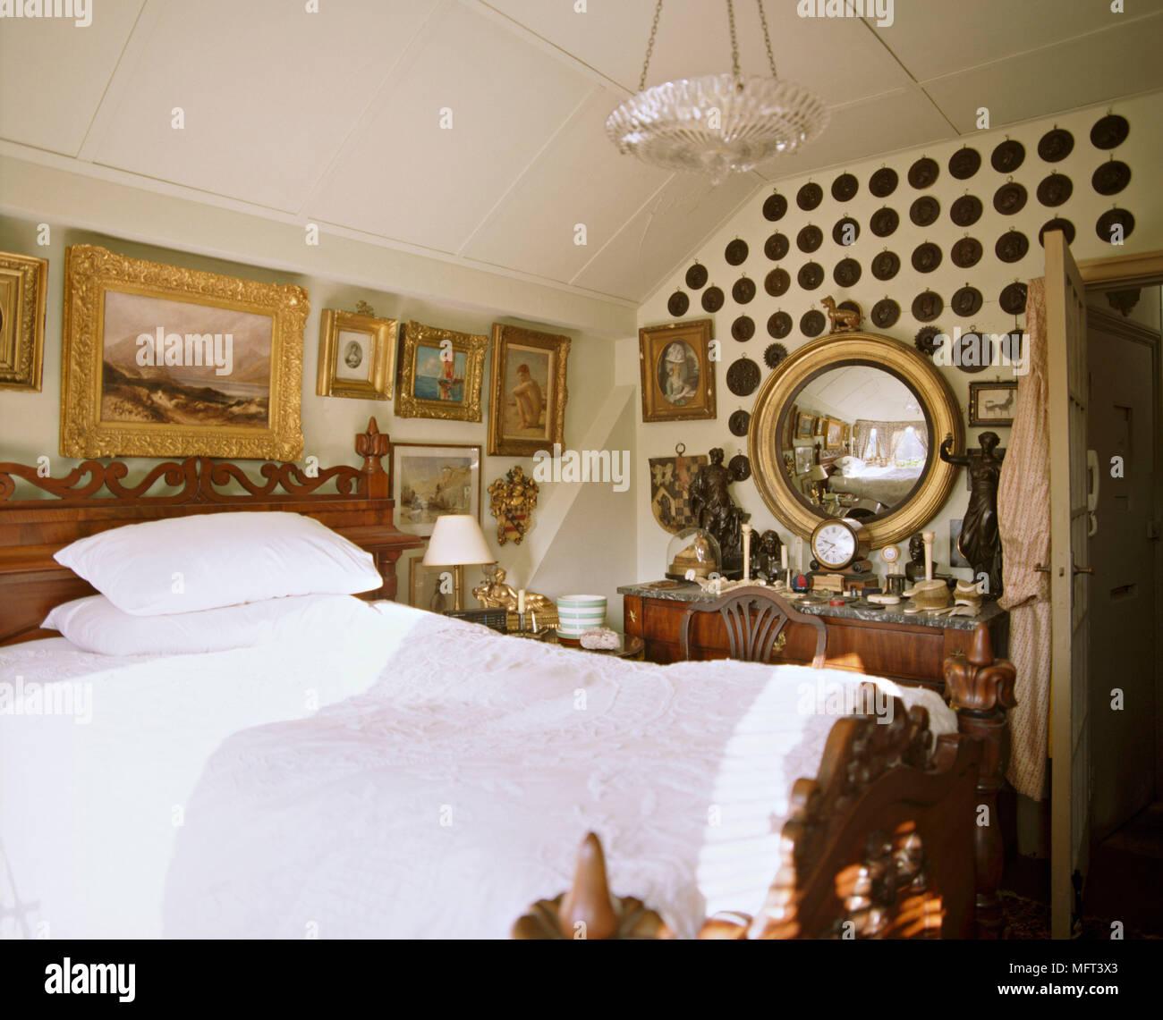 Una tradizionale camera da letto in legno con letto doppio tavolino ...