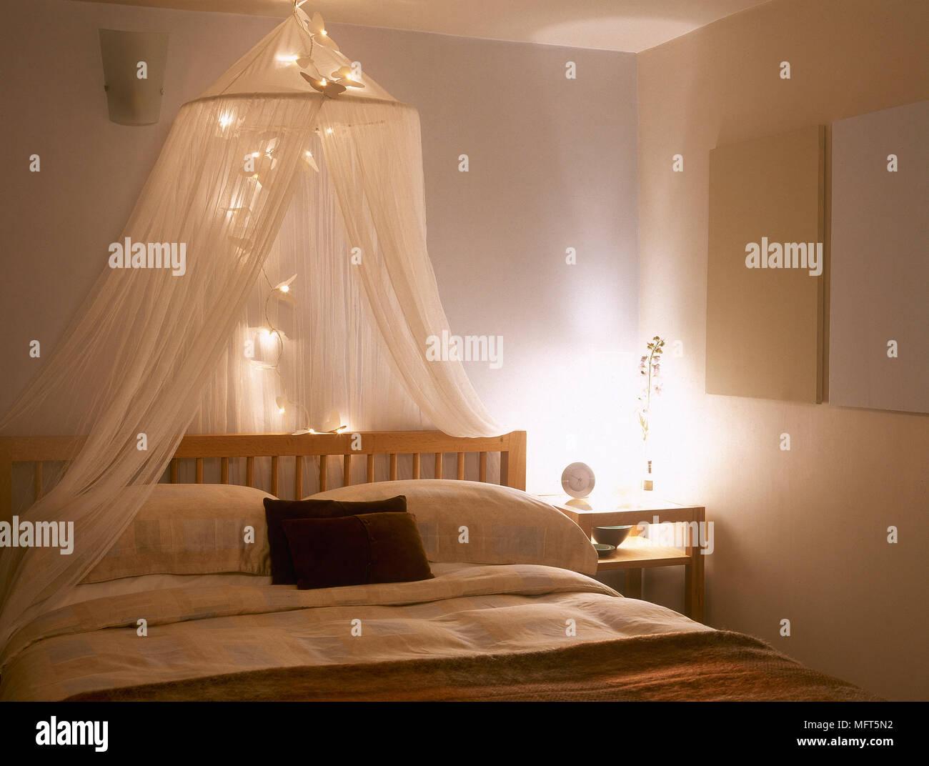 Illuminazione Camera Da Letto Matrimoniale.Camera Da Letto Con Baldacchino E Illuminazione Al Di Sopra Di Un