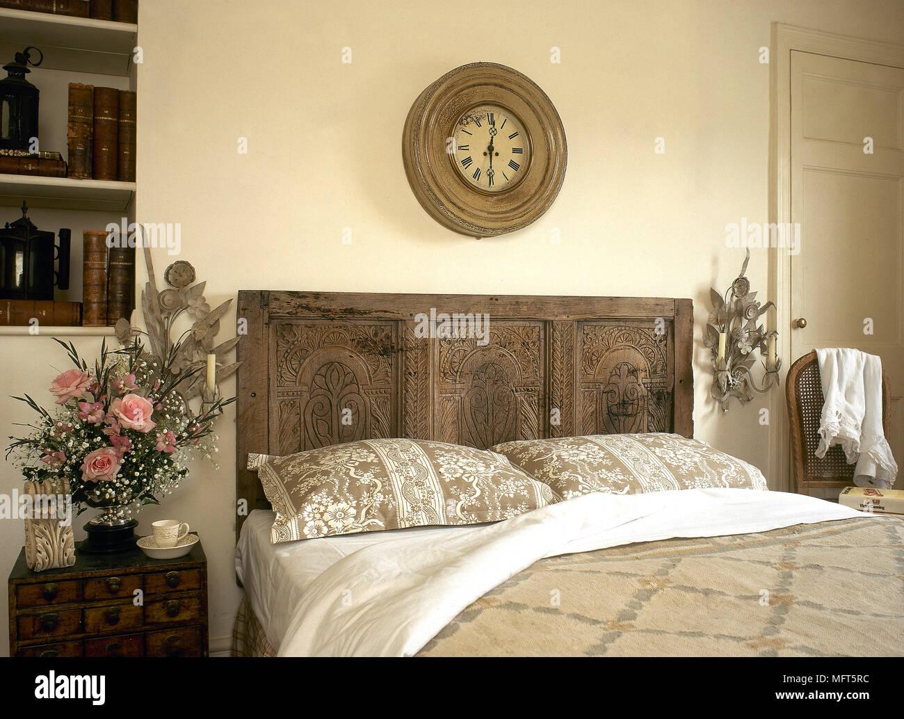 Un paese di bianco in stile camera da letto con letto matrimoniale