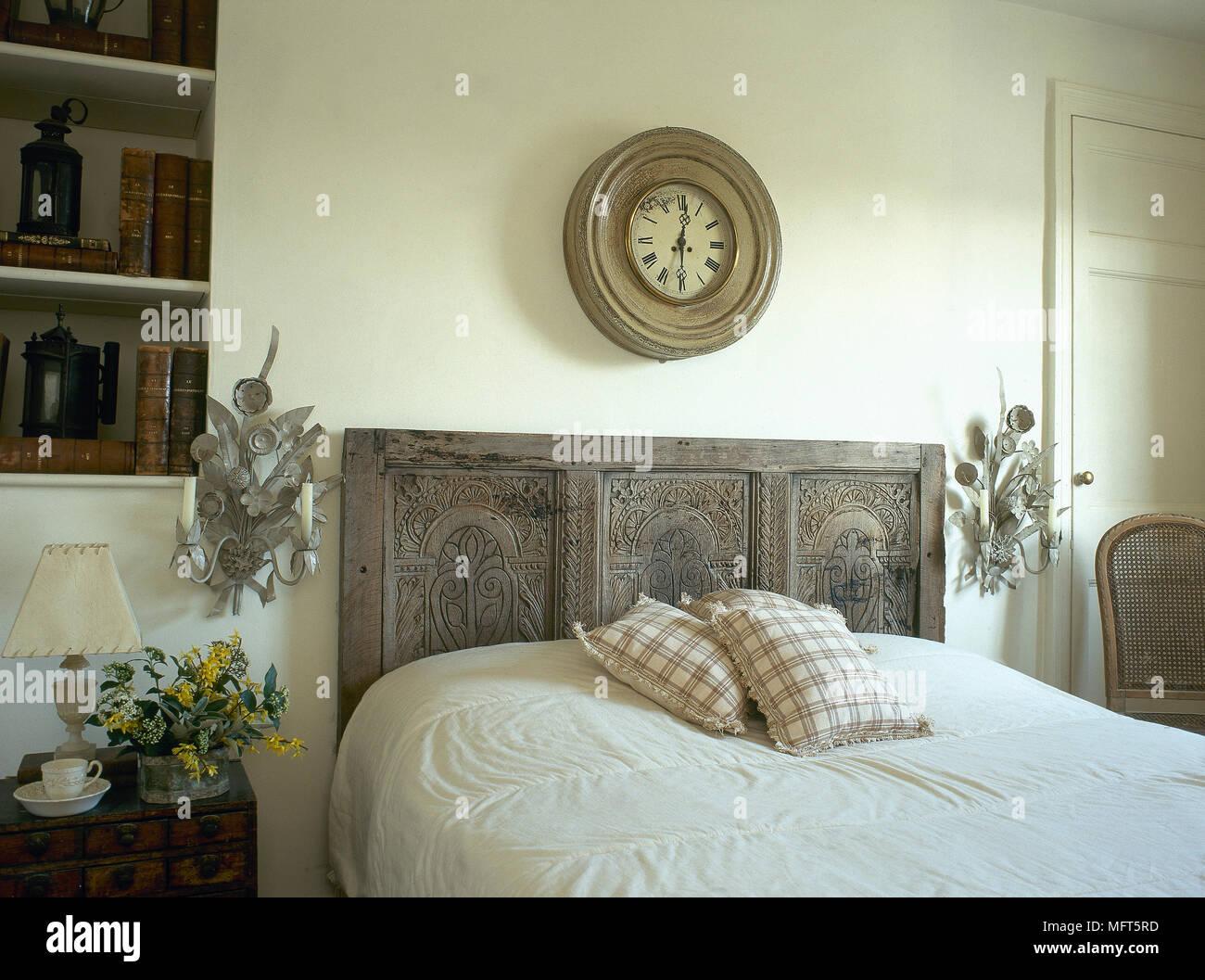 Candele Camera Da Letto : Un paese di bianco in stile camera da letto con letto matrimoniale