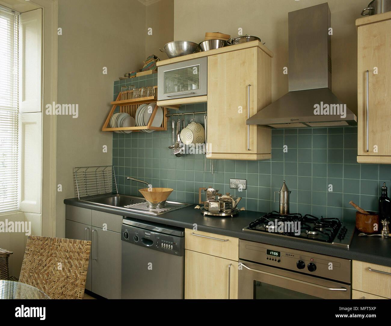 Una cucina moderna con piastrelle blu legno chiaro armadi