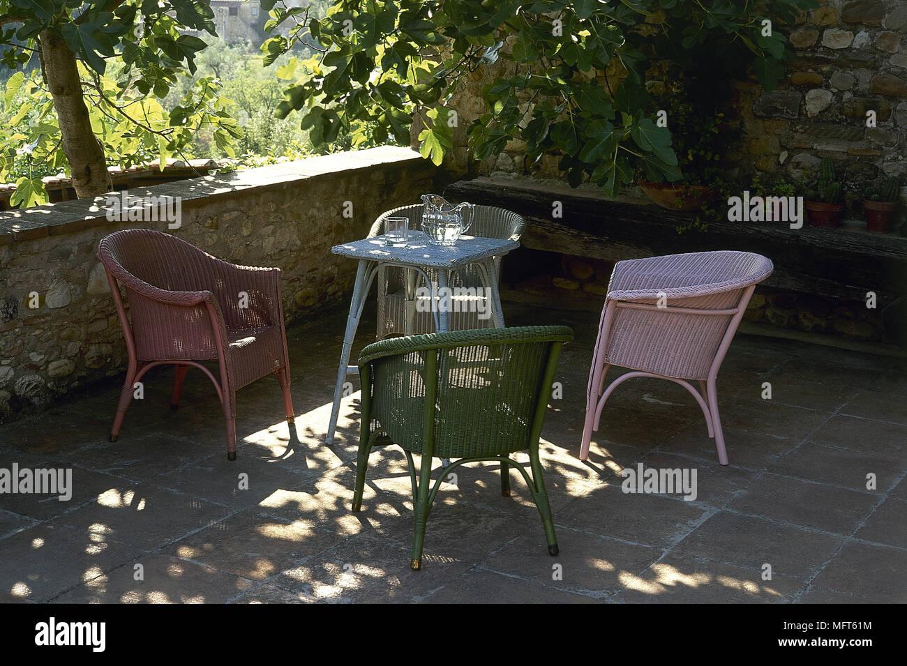 Poltrone E Tavoli In Vimini.Rosa Rosso E Blu Poltrone In Vimini E Tavolo Su Ombroso Patio