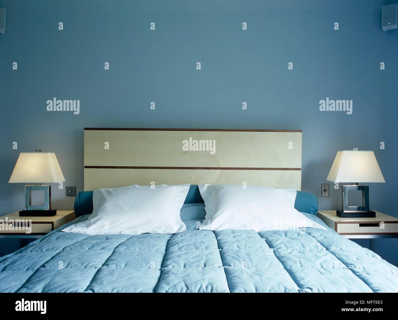 Blu e bianco camera da letto con grandi cuscini e copriletto