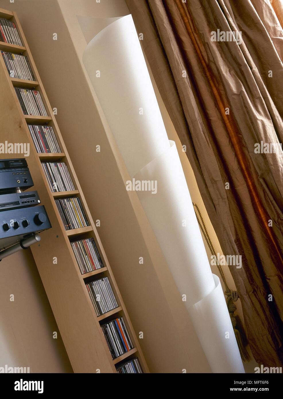 Dettaglio di un porta CD in legno torre, scultorea lampada a ...