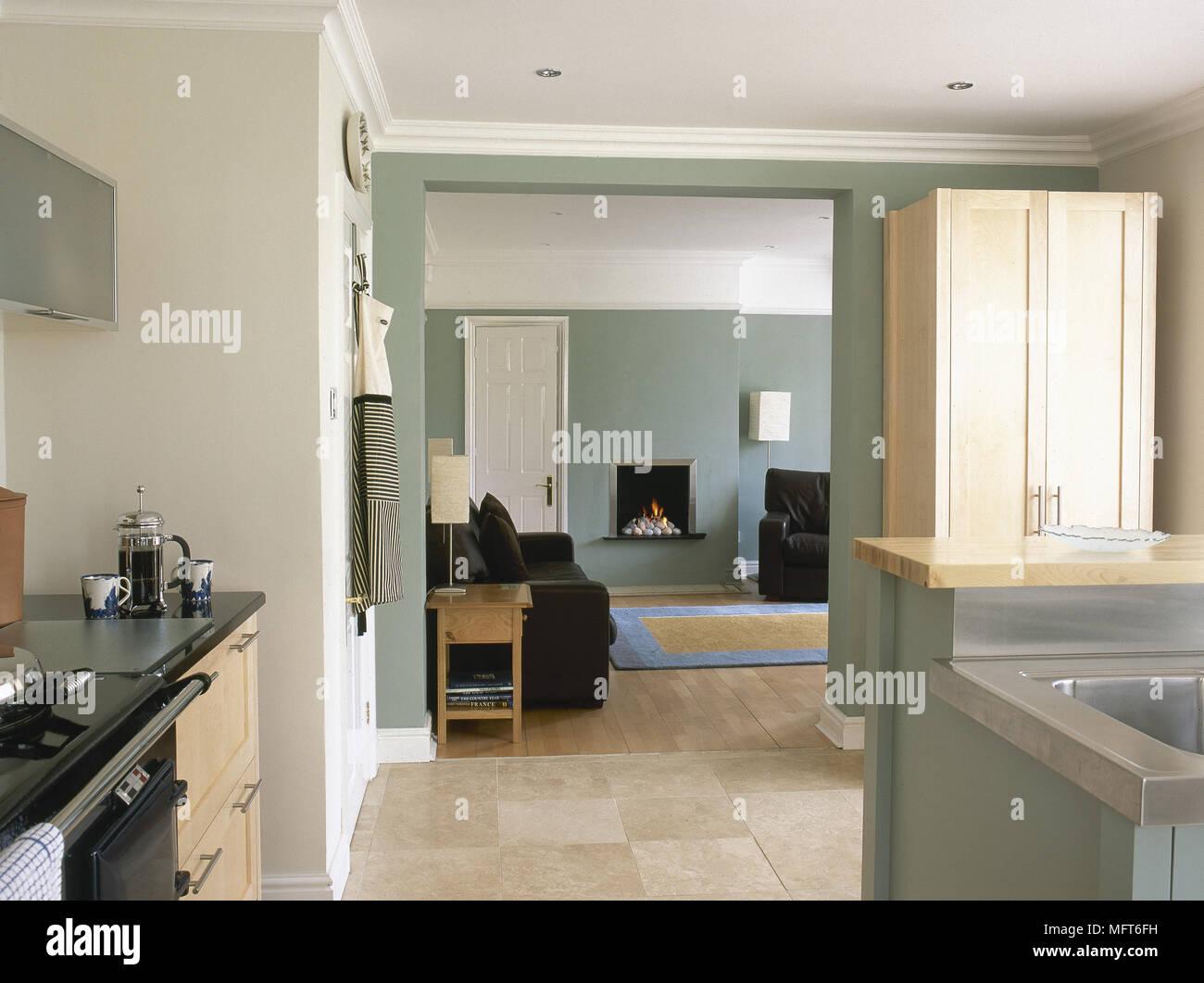 Cucina moderna con pavimento in piastrelle e armadi in legno e una