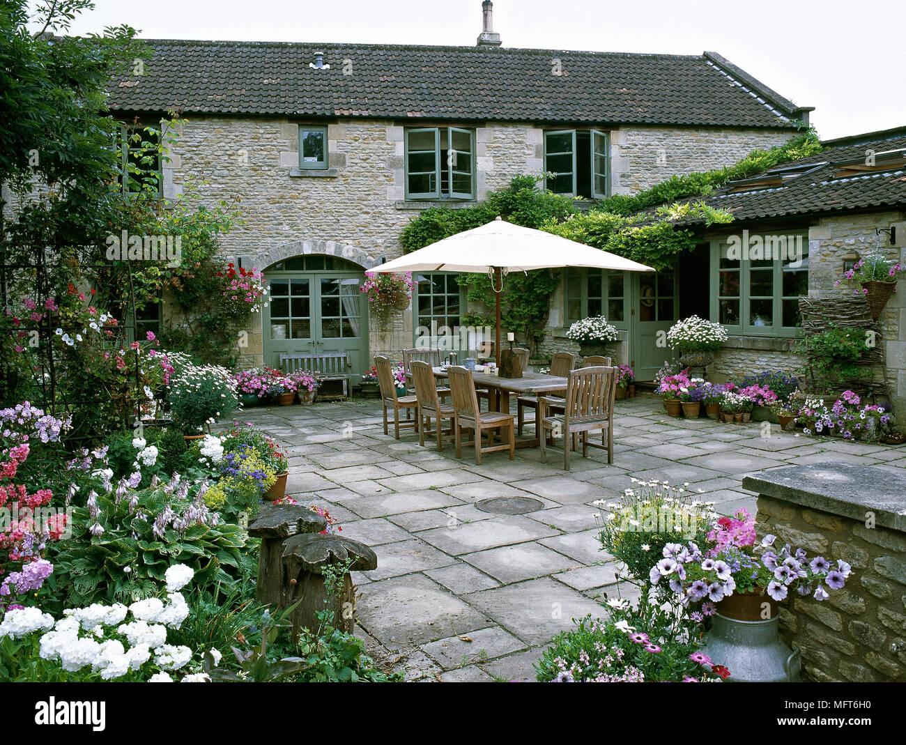 Tavolo Esterno Con Piastrelle : Esterno del retro terrazza di un casale in pietra con pavimento in