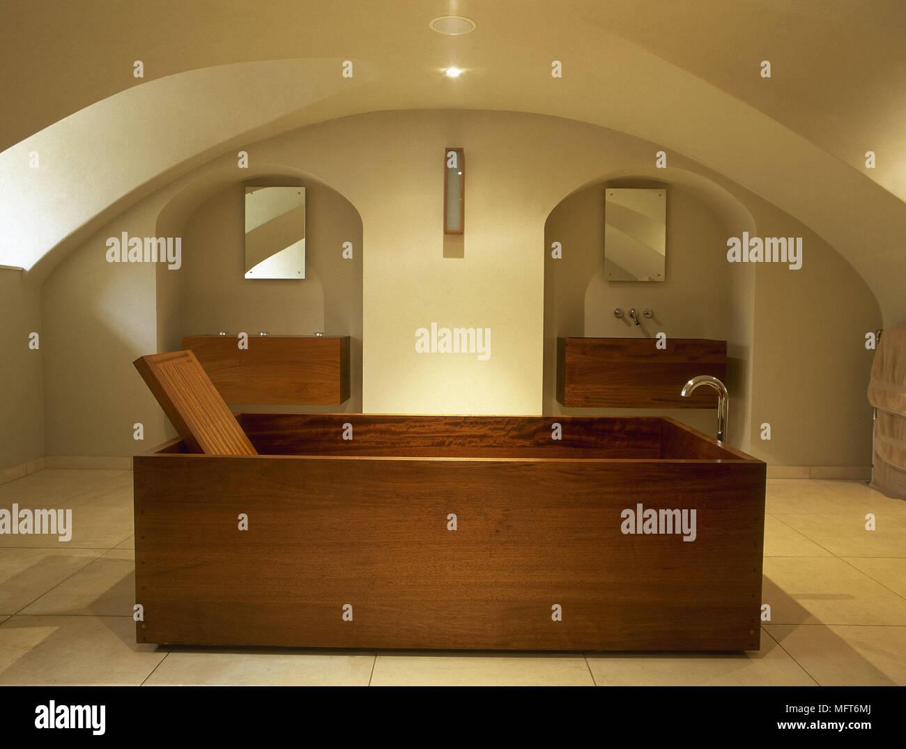 Freestanding vasca di legno nel centro di minimalista bagno con