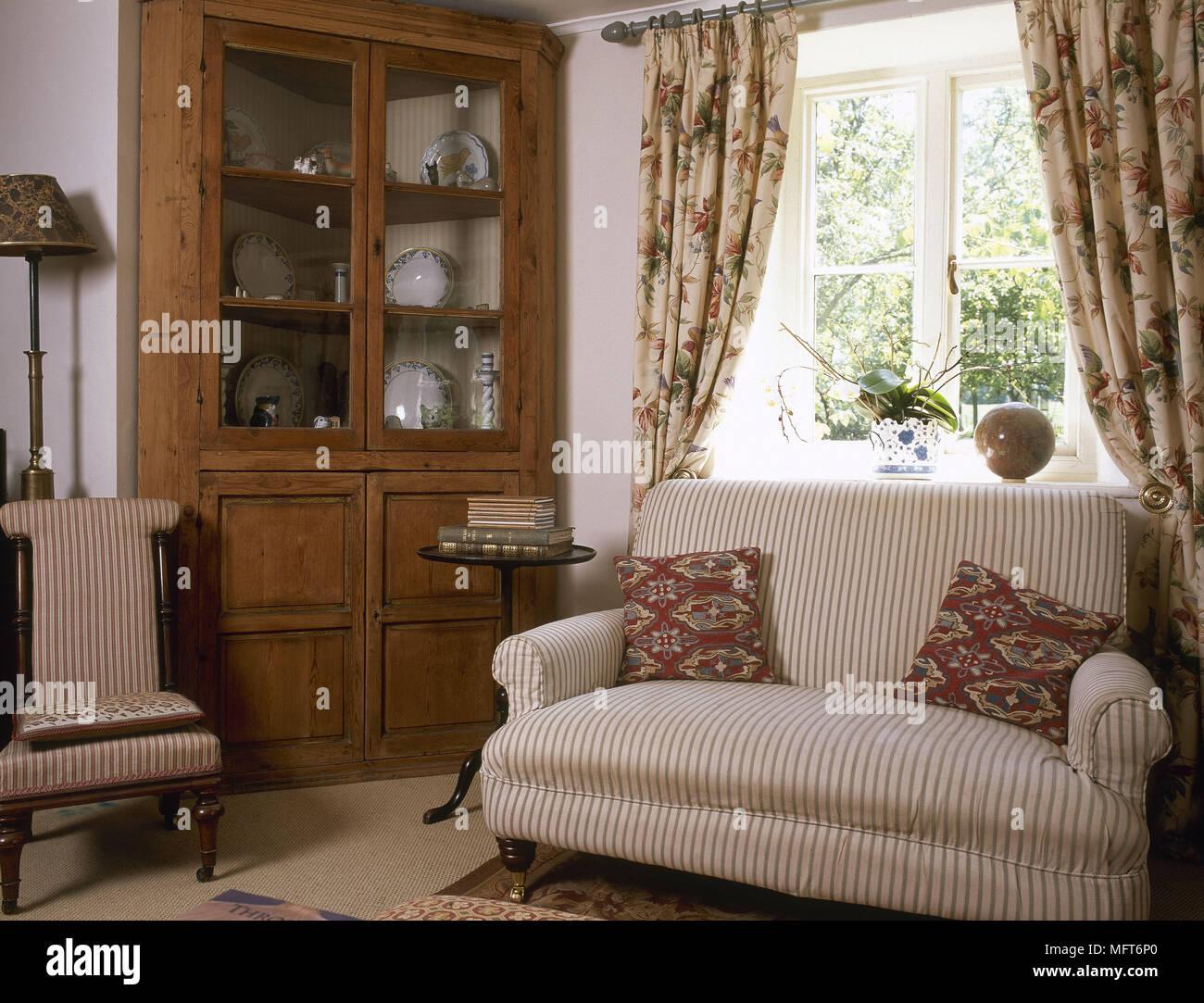 Camere A Righe : Paese tradizionale salotto divano a strisce tende floreali vetrina