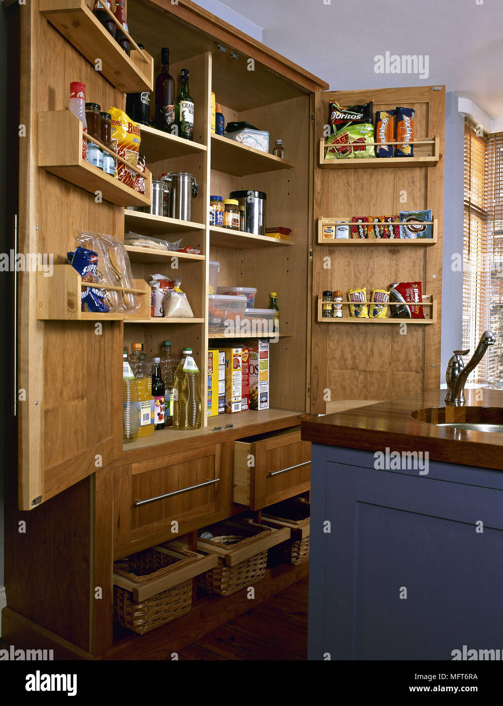 Moderna cucina freestanding dispensa alimentare interni cucine ...