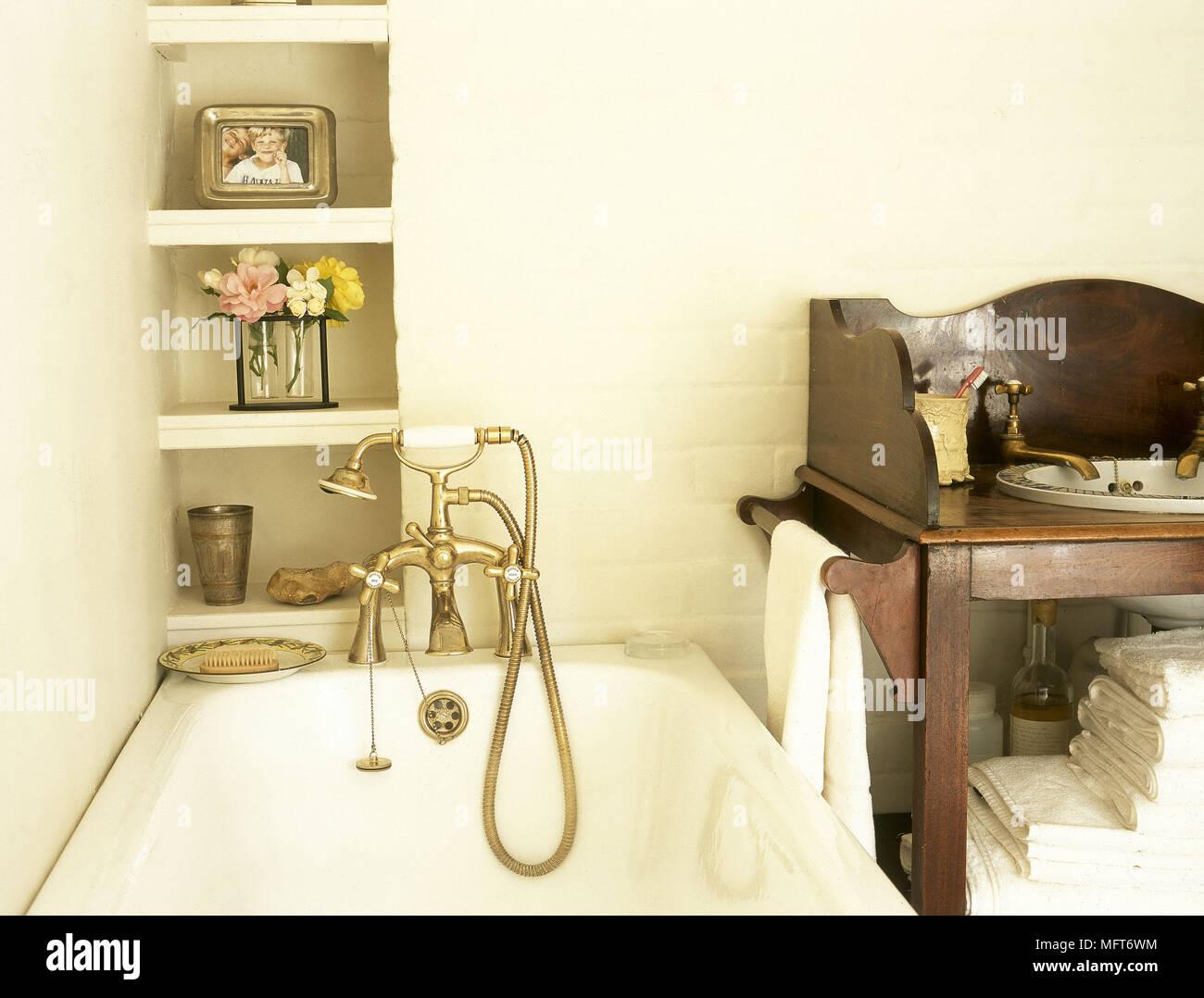Rubinetteria Bagno Tradizionale : Bagno tradizionale dettaglio bagno doccia in ottone rubinetto