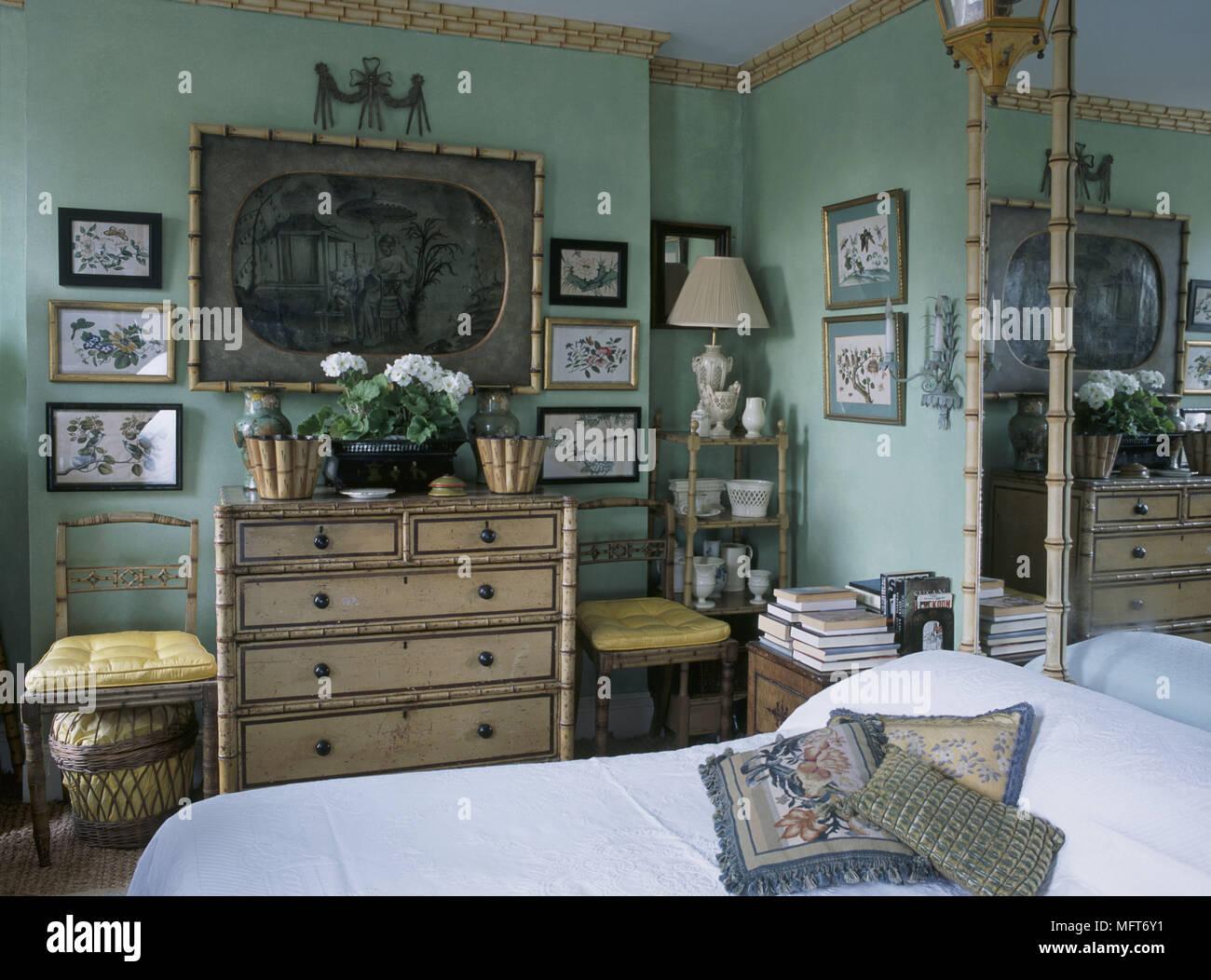 Una tradizionale camera da letto verde con cornicione decorativo di ...