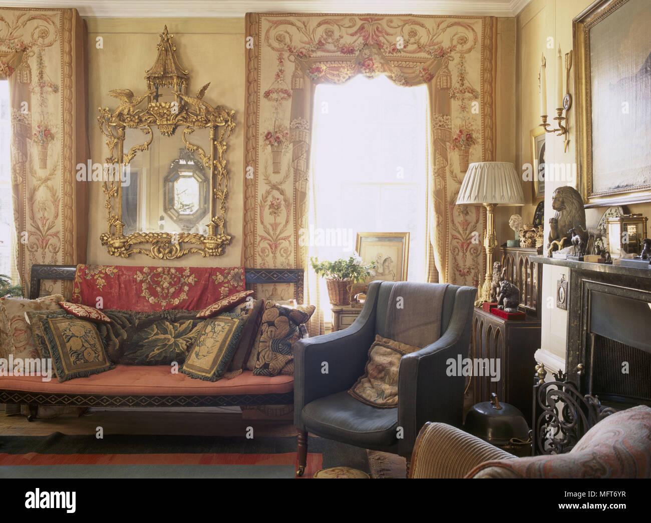 Un Colore Giallo Tradizionale Salotto Con Camino Palchetti