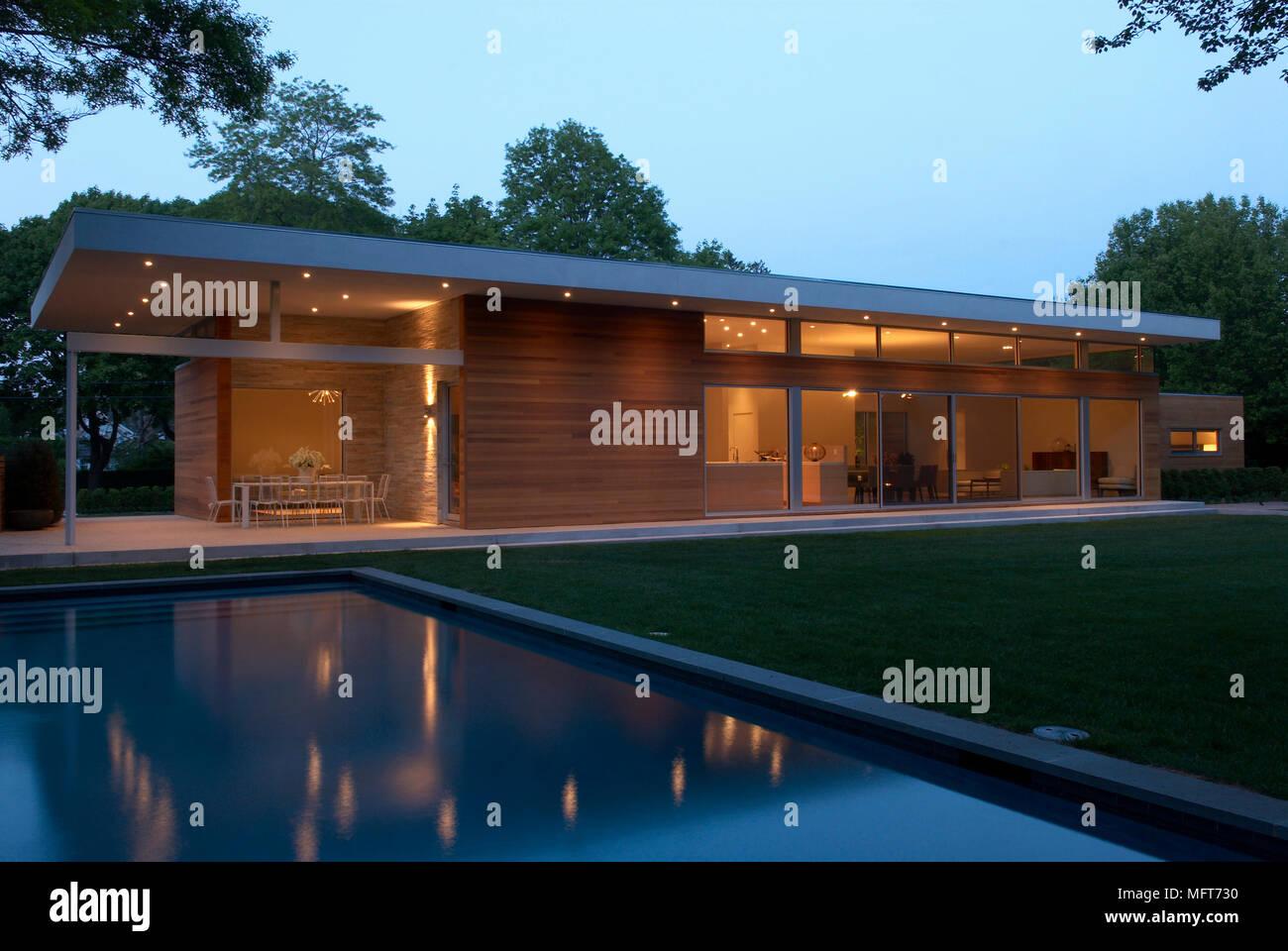 Esterno Di Nuova Costruzione Su Un Unico Piano Casa Con Piscina Nel Giardino Illuminato Di Notte Foto Stock Alamy
