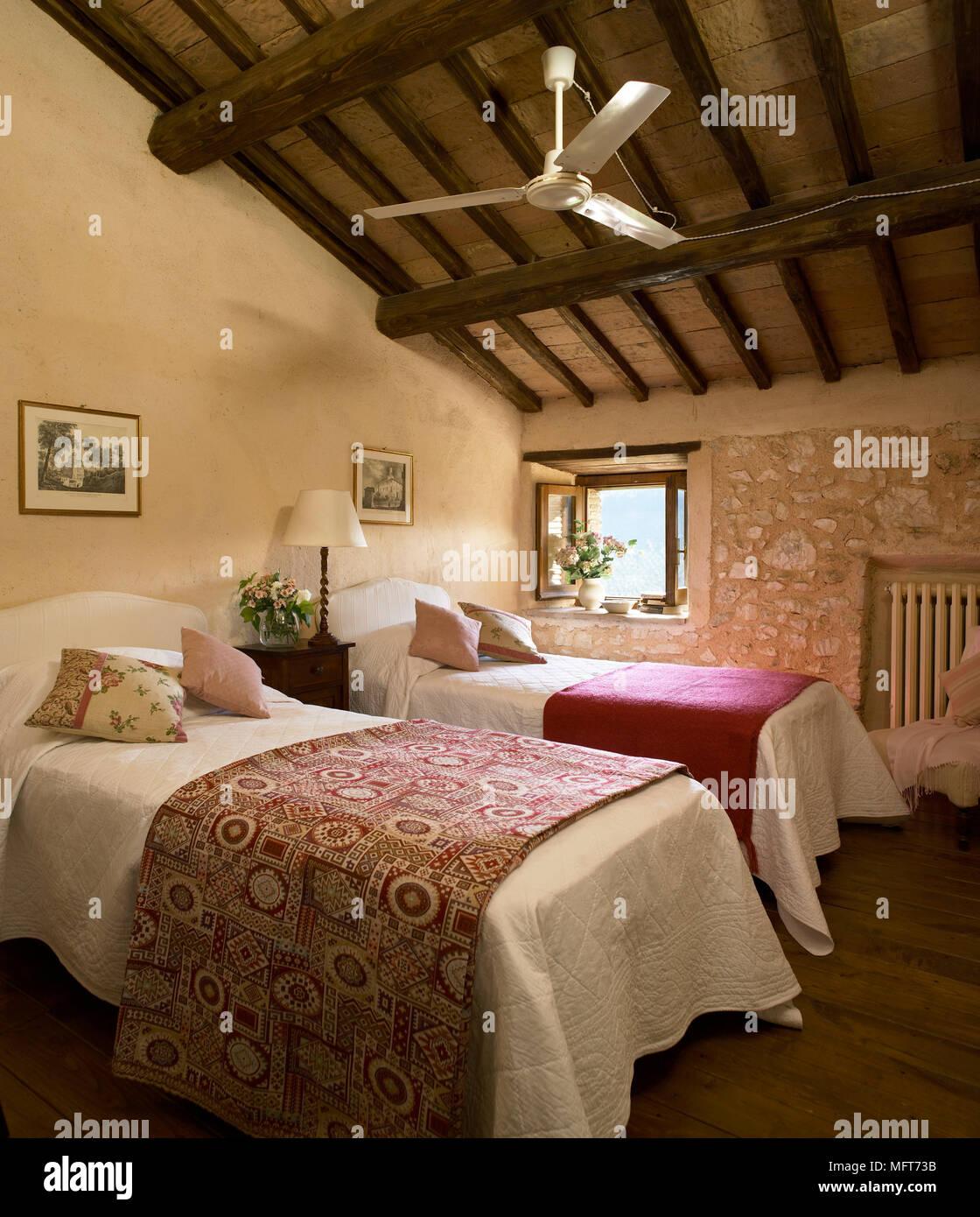 Un paese camera ospiti con esposti rustico in pietra le pareti e il soffitto a travi, 2 letti ...