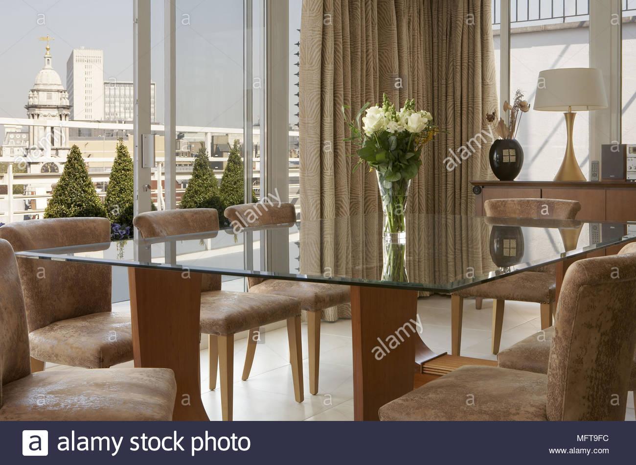 Sala Da Pranzo Moderna Immagini : Sedie imbottite al tavolo nella sala da pranzo moderna foto