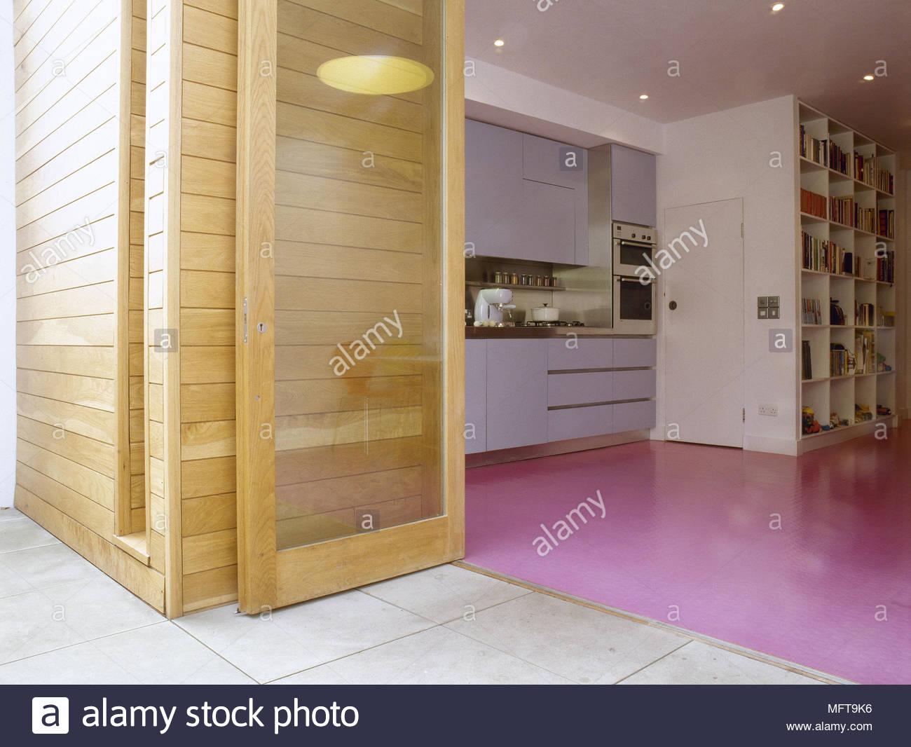 Vista attraverso le porte di vetro per la cucina con pavimento di