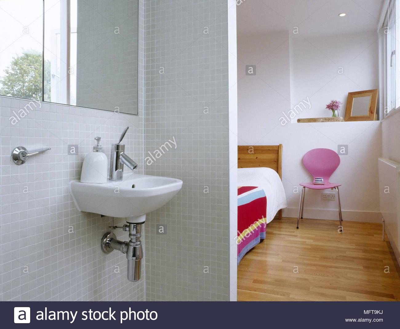 Vista attraverso alla camera da letto dal bagno con piastrelle a
